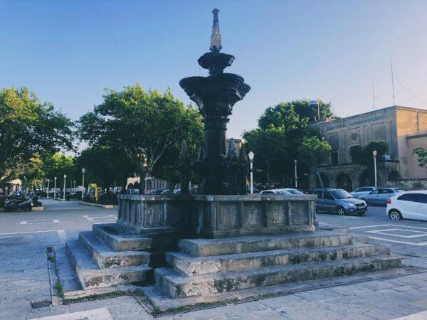 Hirschkuh Statue